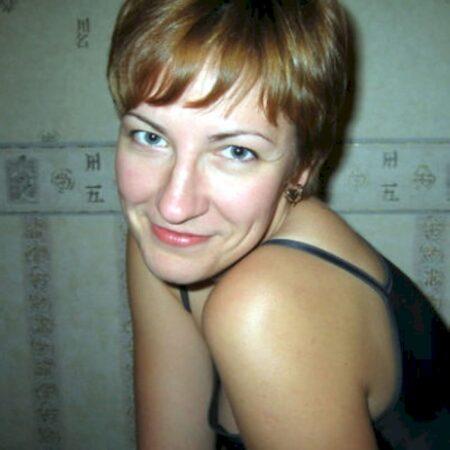 Belle coquine sexy qui est intéressée par un plan entre coquins