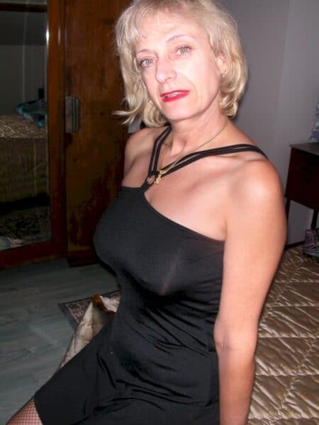 Femme cougar séparée en manque