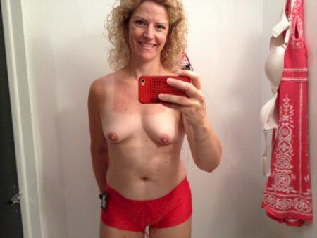 Femme cougar soumise pour amant qui apprécie la domination fréquemment disponible
