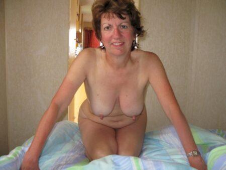 Jolie femme cougar sexy qui a besoin d'un plan q